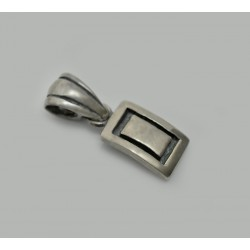Stylizowany wisiorek wykonany z ciemnego srebra próby 925.
