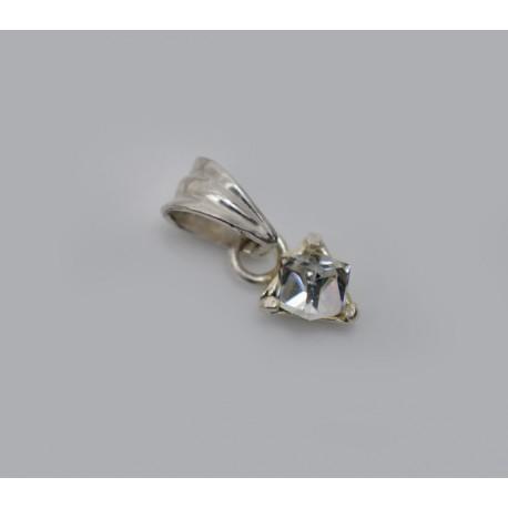 Subtelny srebrny wisiorek z cyrkonią