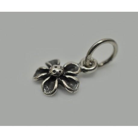Kwiatek - delikatny srebrny wisiorek.